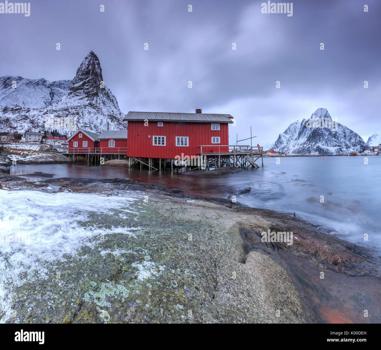 typische rote h user in reine landschaft mit seinen kalten meer und schneebedeckten gipfeln. Black Bedroom Furniture Sets. Home Design Ideas