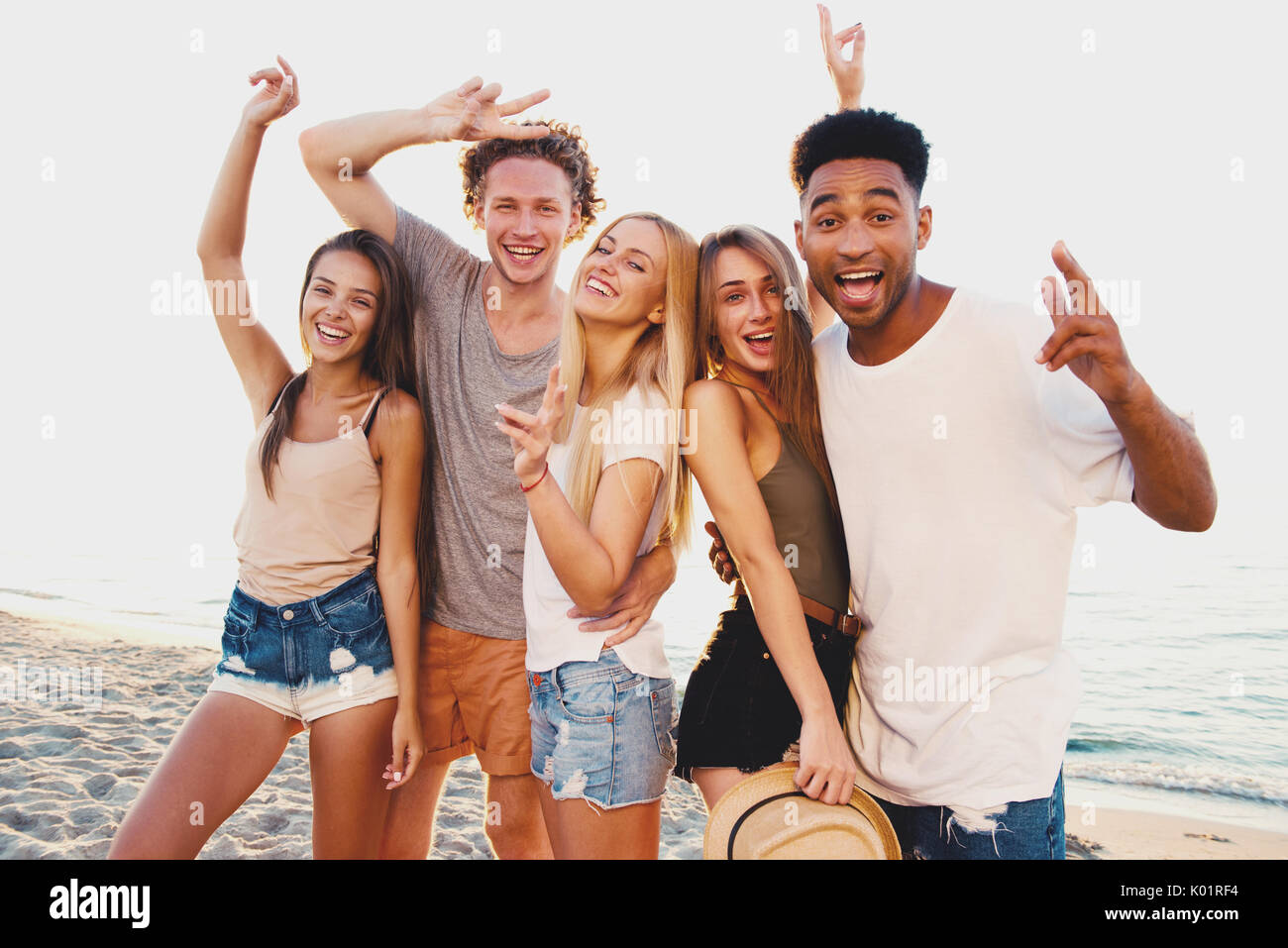 Gruppe der happy Friends, die Spaß am Strand Stockbild