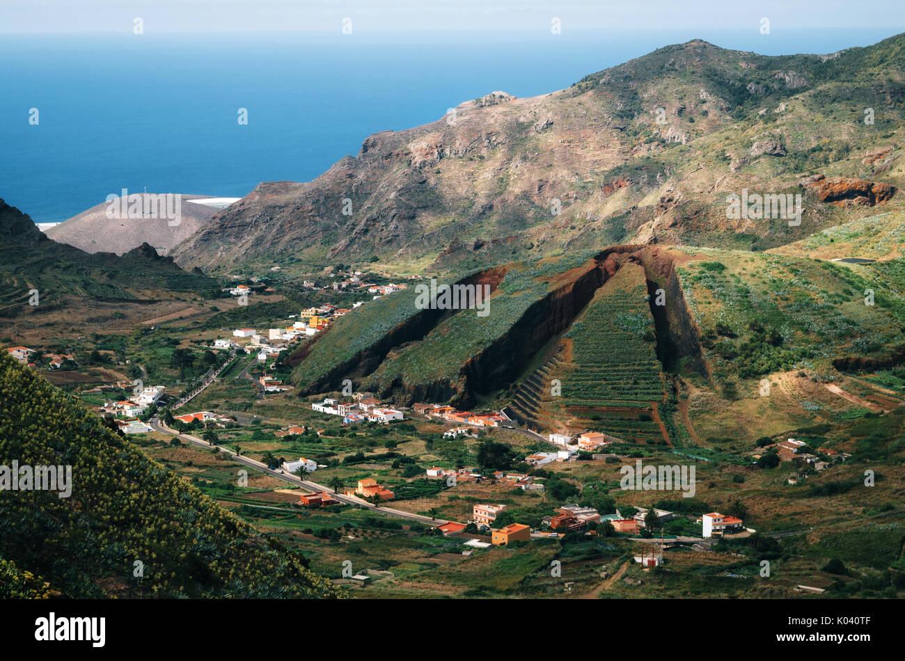 Tal von El Palmar und Las Lagunetas im Teno Gebirge mit dem Berg wie eine Torte in Scheiben geschnitten. Wahrzeichen von Teneriffa, Kanarische Inseln Stockbild