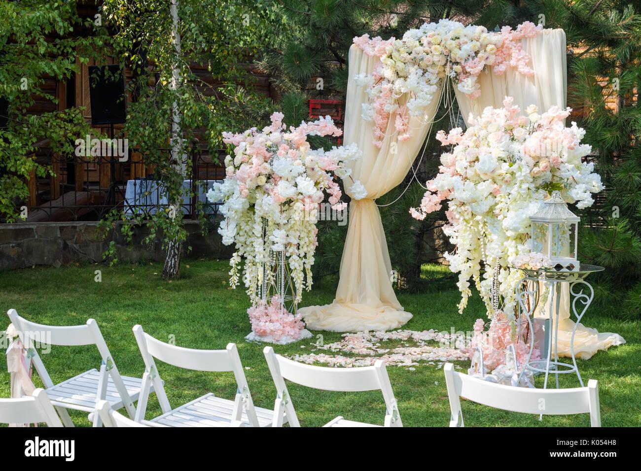Hochzeit Bogen Mit Tuch Und Blumen Im Freien Eingerichtet Schone