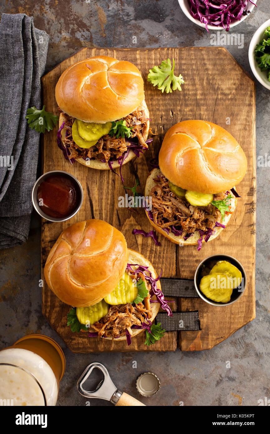 Gezogene Schweinefleischsandwiche mit Kohl und Gurken Stockbild