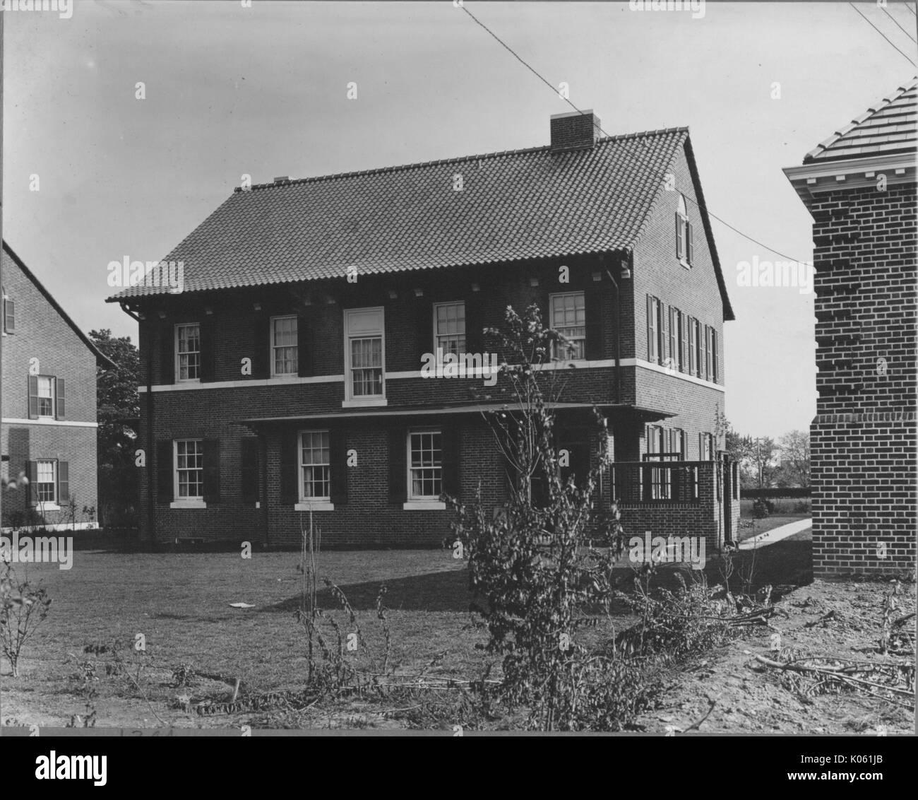Landschaft Schuß Vom Hinterhof Eines Zwei Stöckige Haus Mit Weißen  Fensterscheiben Und Lade Fensterläden,