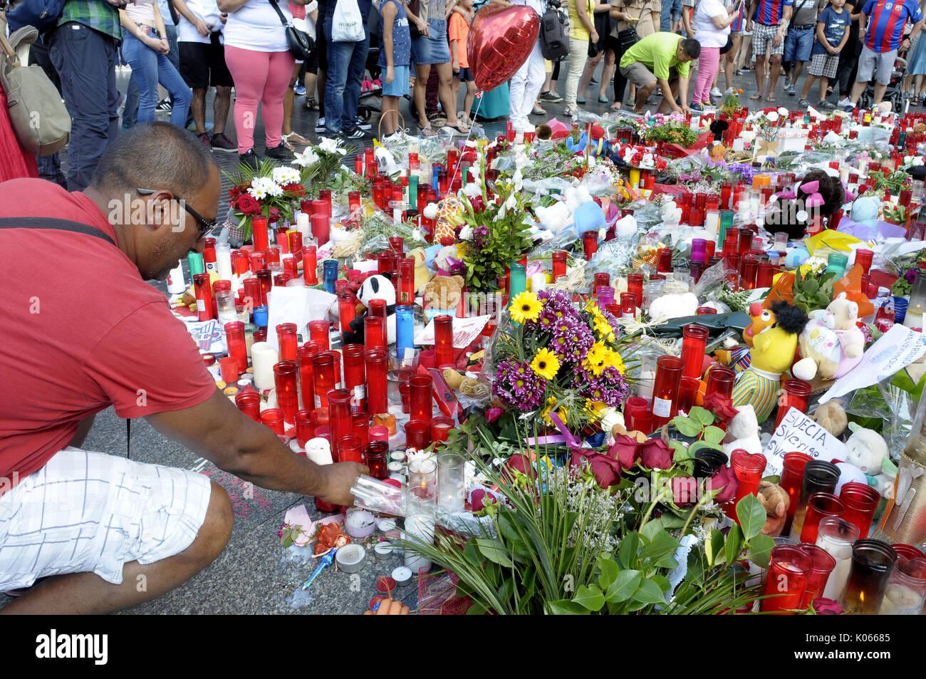Las Ramblas, Barcelona, Spanien. 20 Aug, 2017. Menschen bringen Blumen, Licht, Kerzen und Puppen Gebete und Meditationen Stockfoto