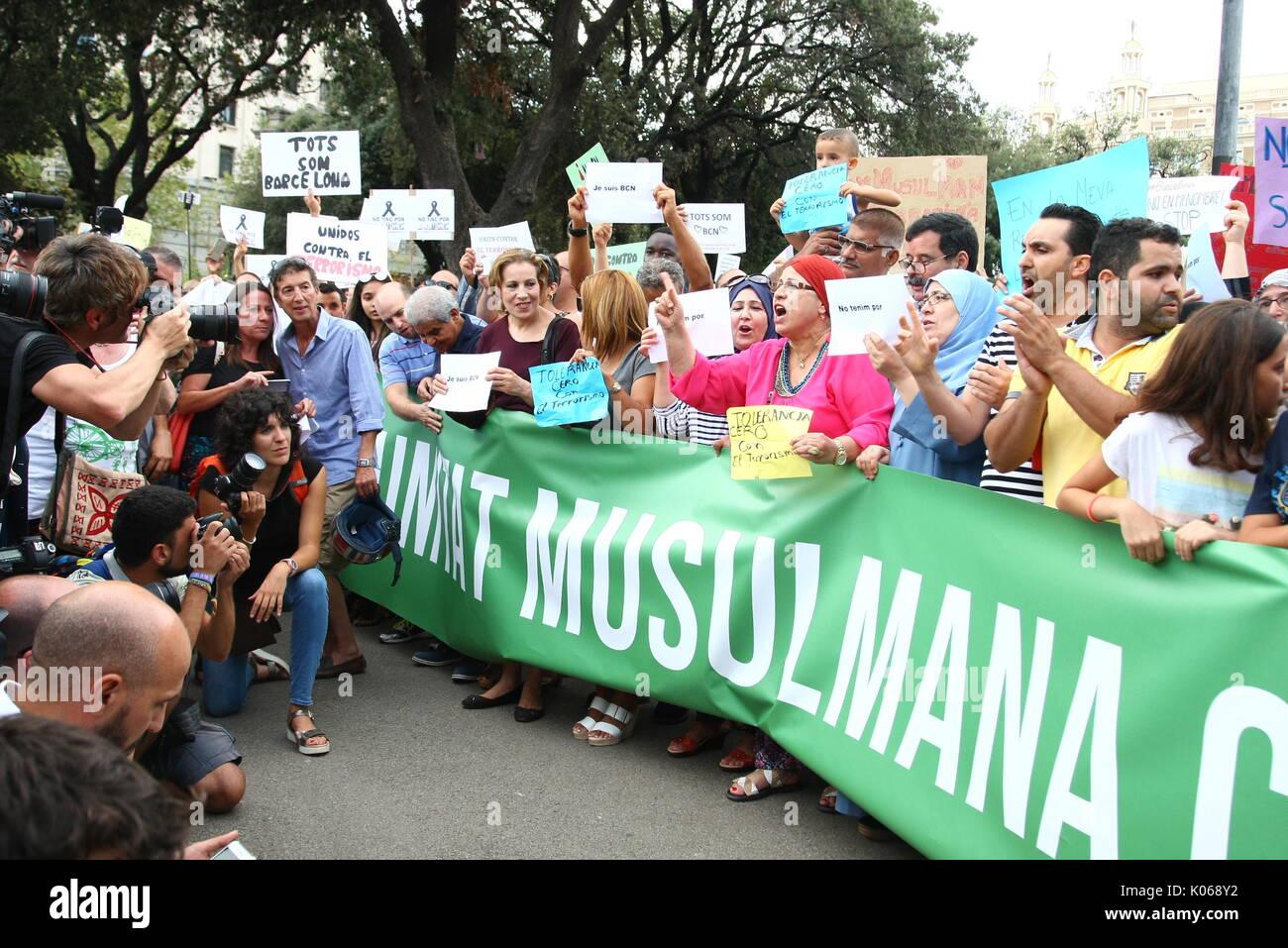 Barcelona, Spanien. 21 Aug, 2017. Spanien muslimischen Comunity bei einer Demonstration gegen Barcelona Terroranschläge in Catalunya Square am Montag, den 21. August 2017. Credit: Gtres Información más Comuniación auf Linie, S.L./Alamy leben Nachrichten Stockfoto