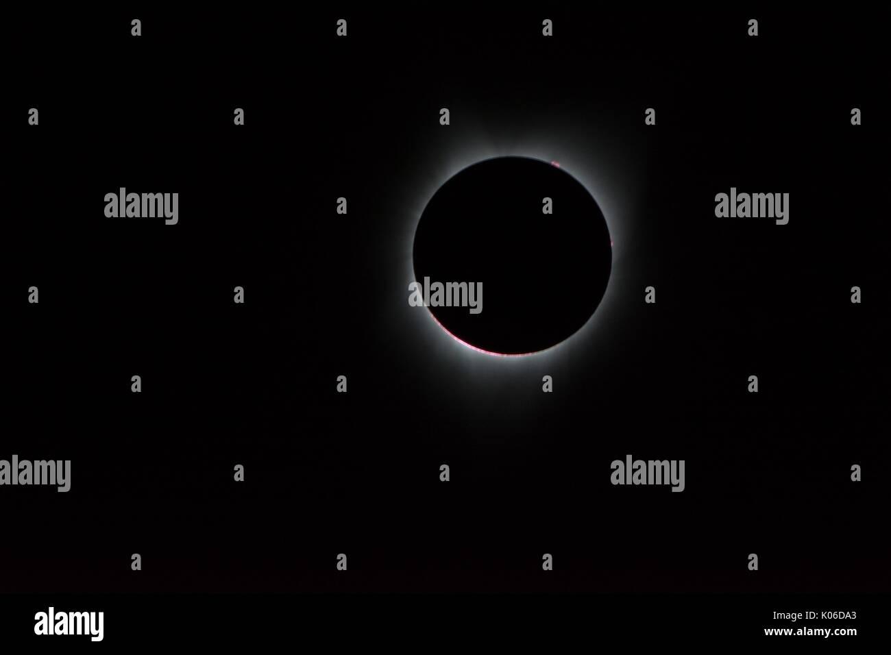 Madras, Vereinigten Staaten von Amerika. 21 Aug, 2017. Corona der Sonne, nur während des gesamten sichtbaren Eclipse, ist als Krone des weißen Flares von der Oberfläche bei einer totalen Sonnenfinsternis vom 21. August 2017 von an Bord eines NASA Gulfstream III Flugzeuge 25.000 Fuß über der Küste von Oregon. Die totale Sonnenfinsternis über einem schmalen Teil des angrenzenden Vereinigten Staaten von Oregon nach South Carolina und eine partielle Sonnenfinsternis war über den gesamten nordamerikanischen Kontinent sichtbar zusammen mit Teilen von Südamerika, Afrika und Europa. Credit: Planetpix/Alamy leben Nachrichten Stockbild