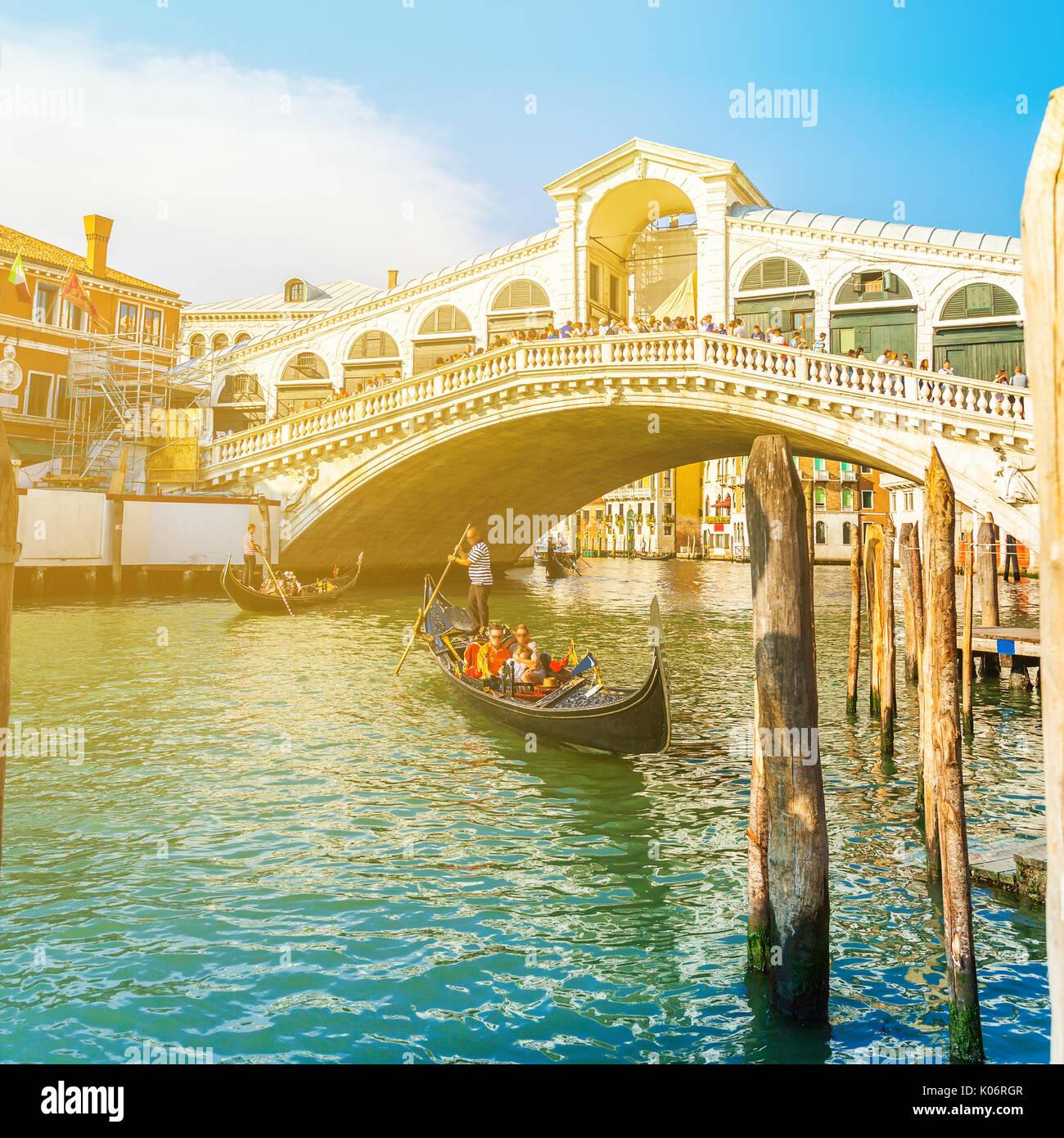 Blick auf die Rialto Brücke bei Sonnenuntergang in Venedig, Italien Stockbild