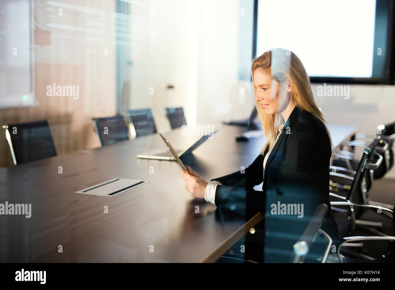 Porträt der schönen blonden Geschäftsfrau holding Tablet Stockbild