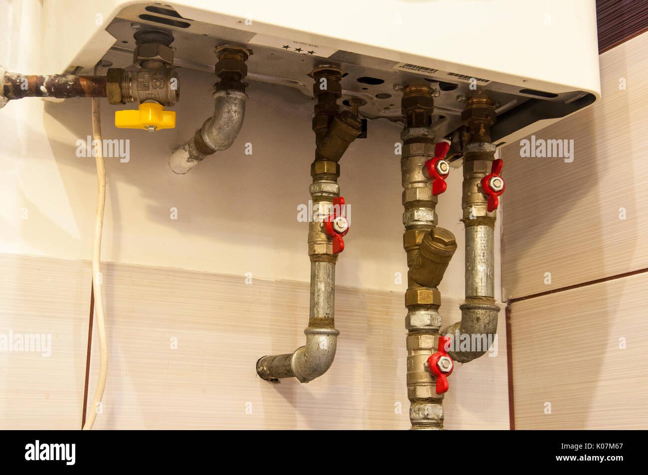Ein Wasser- und Gasleitungen aus Bad Kessel Heizung Stockfoto, Bild ...