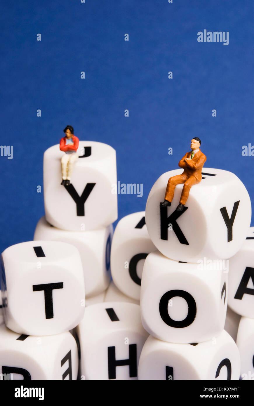 Minifigürchen sitzen auf Würfel mit Buchstaben des Alphabets, social media Konzept Stockbild
