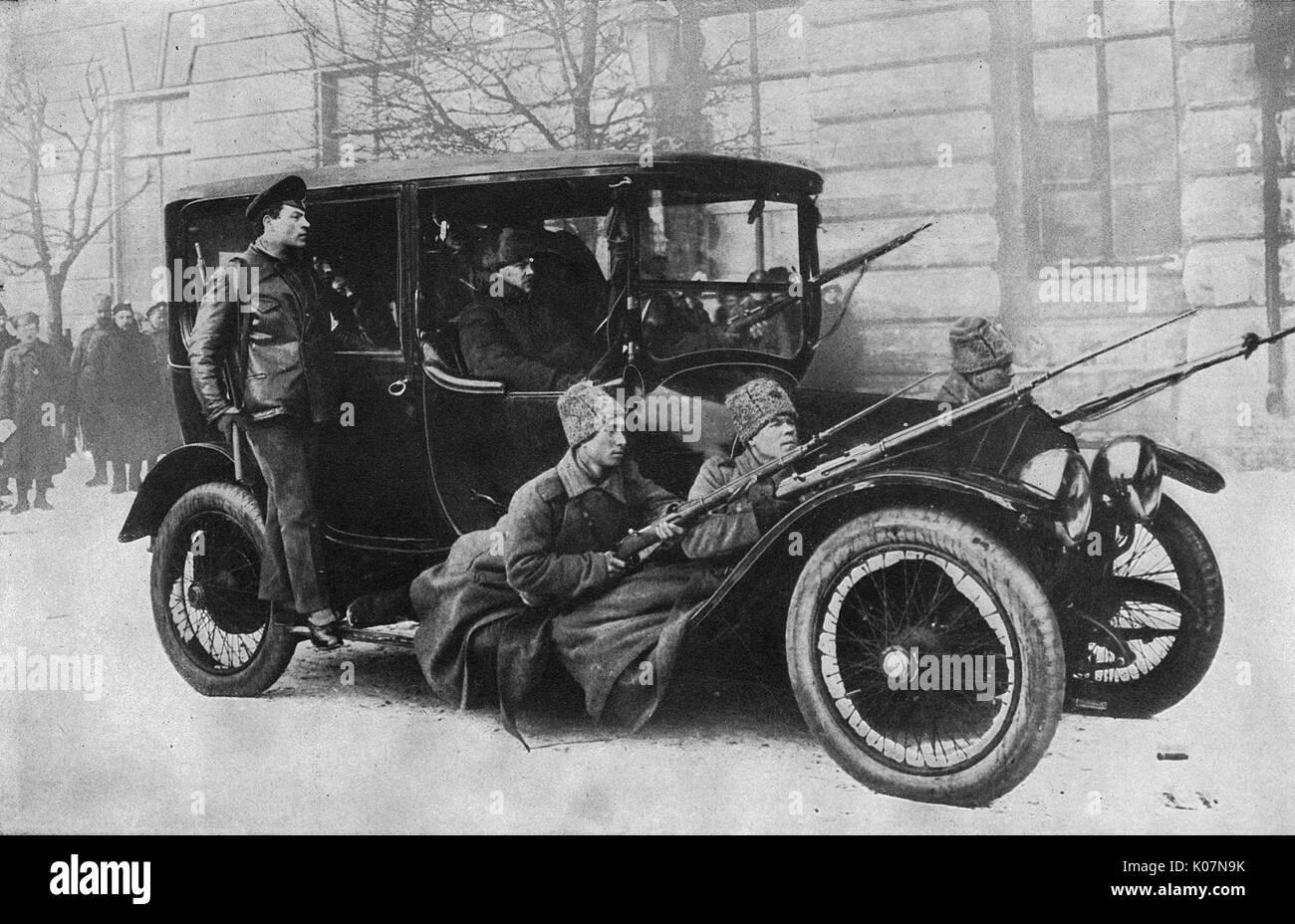 Duma boten durch bewaffnete Wachen geschützt, Petrograd (St. Petersburg), die während der Russischen Revolution. Die Autos wurden mit großer Geschwindigkeit durch die Stadt zu reisen. Datum: 1917 Stockbild