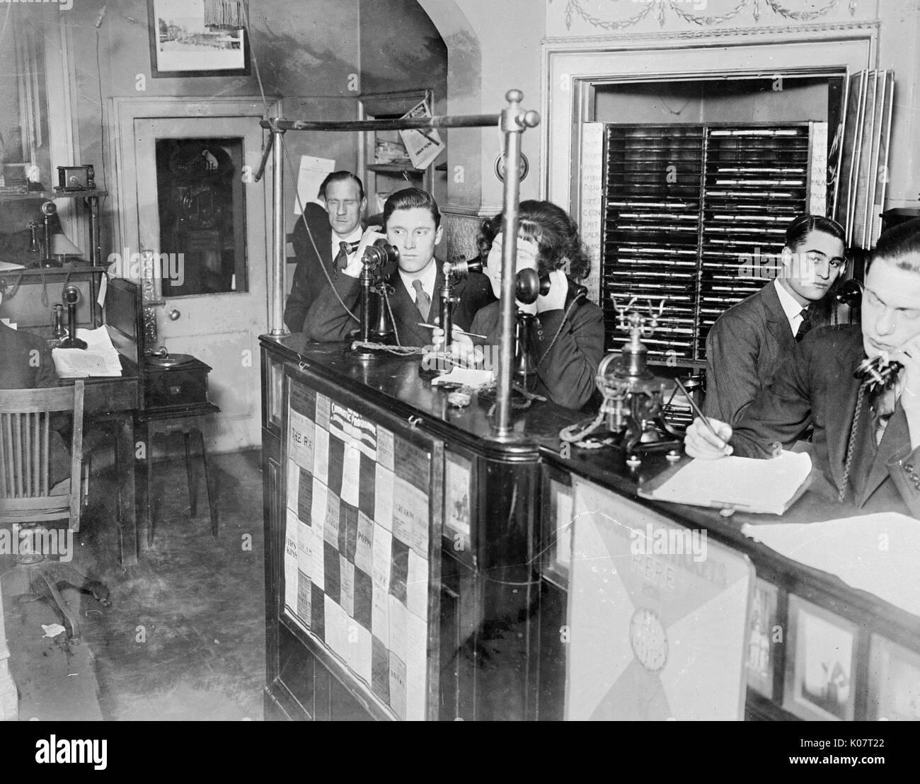 Gesellschaft für Unterhalter, mit Webster & Girling Ltd Theater ticket Box Office, obere Baker Street, London - Innenansicht, mit Personal bei der Arbeit am Telefon. 1924 Stockbild