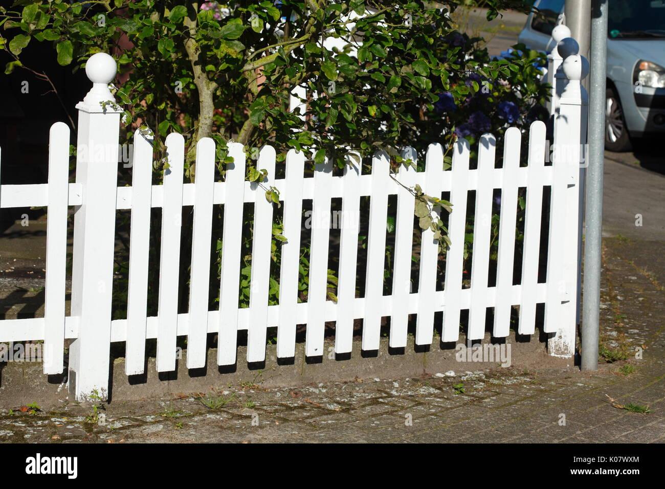 Weiss Holz Garten Zaun Mit Pflanzen Stockfotografie Alamy