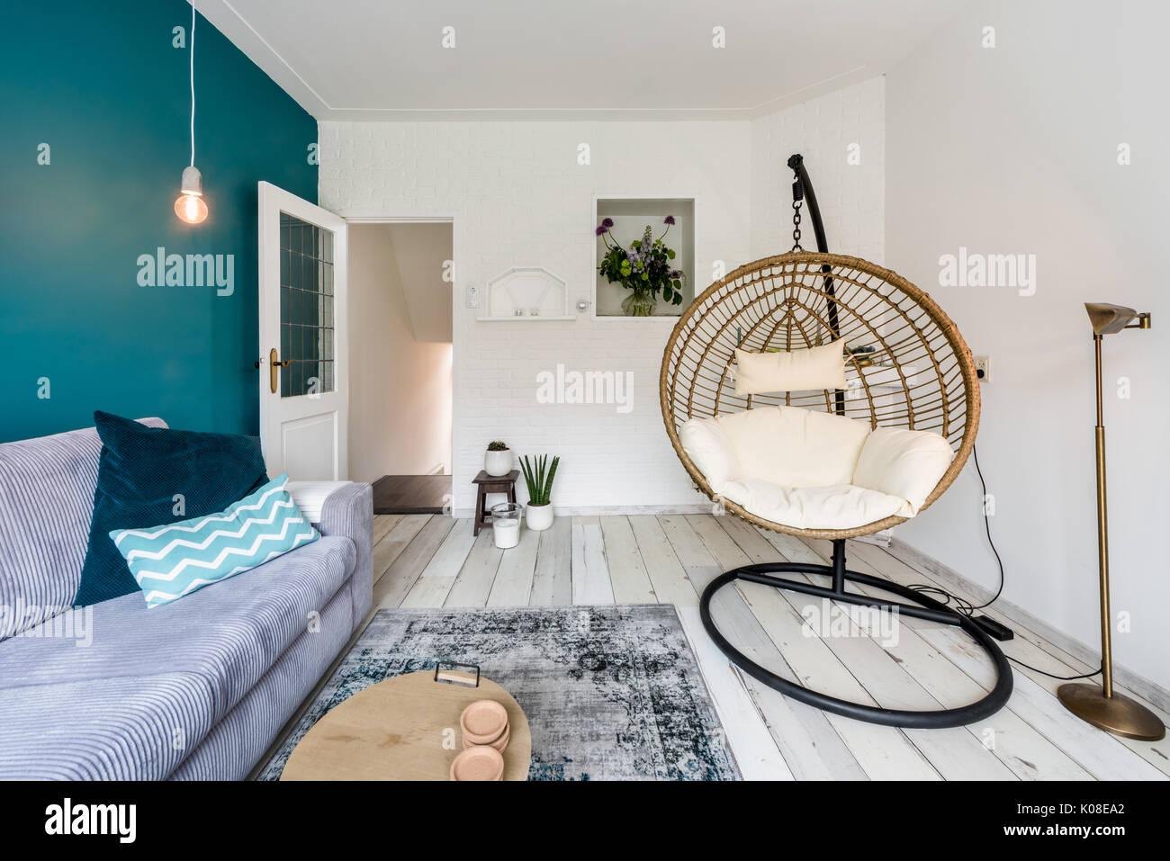 Gemütliches Wohnzimmer mit hängenden Sessel und das Sofa