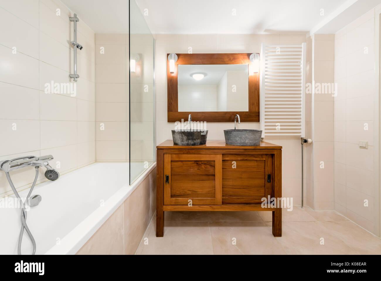 Modernes Bad Mit 2 Waschbecken, Spiegel, Badewanne Und Design Des Kühlers