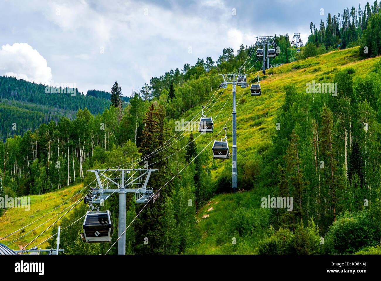 Skilift im Skigebiet Vail in Colorado, USA Stockbild