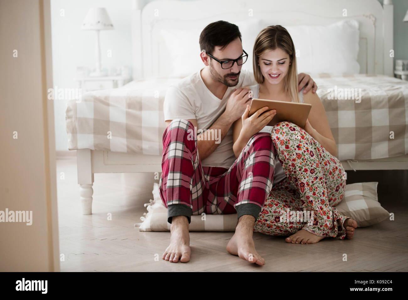 Attraktive Paare, die in der Verwendung von digital tablet Liebe Stockbild