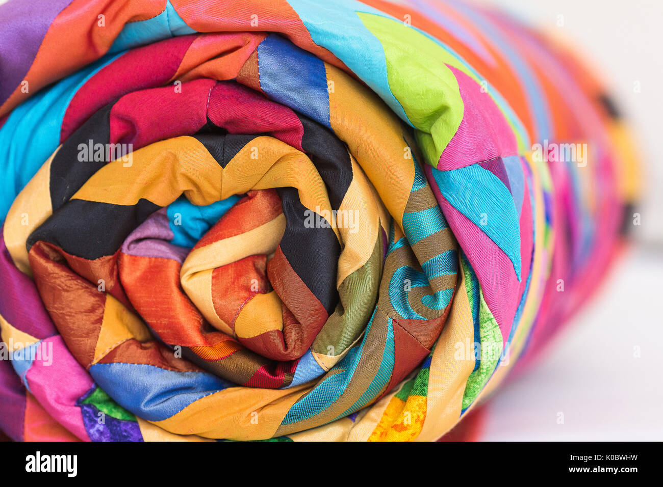 Nähen, Patchwork und Fashion Concept. Eine alte Bettdecke mit einem ...