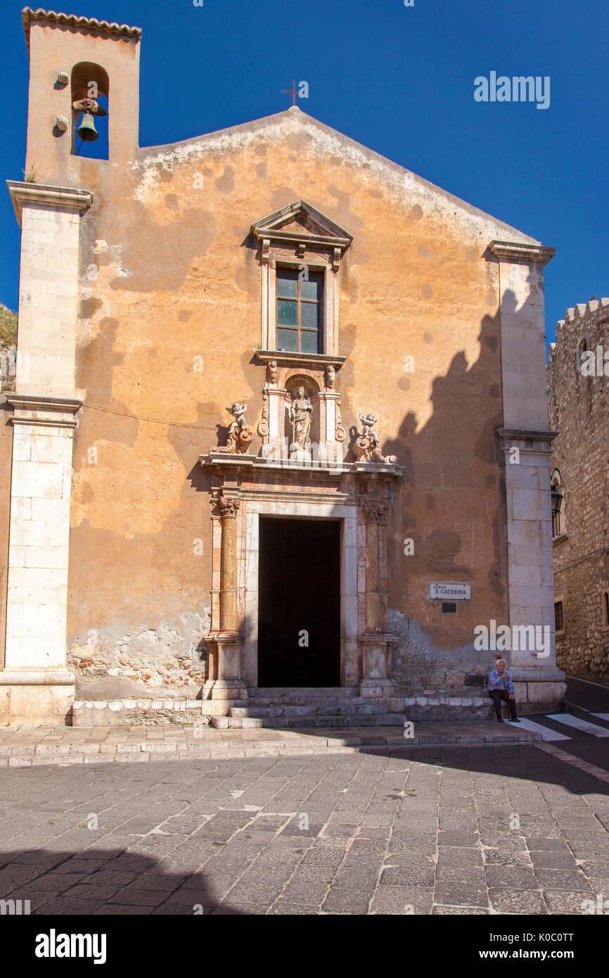 Eingangstür, der Chiesa di Santa Caterina (b. 1610) in Taormina, Sizilien, Italien Stockbild