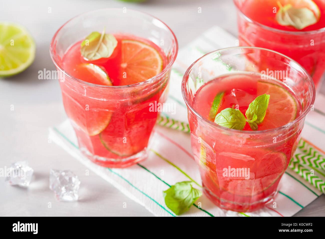 Wassermelone Limonade mit Limette und Minze, Sommer erfrischendes Getränk Stockbild