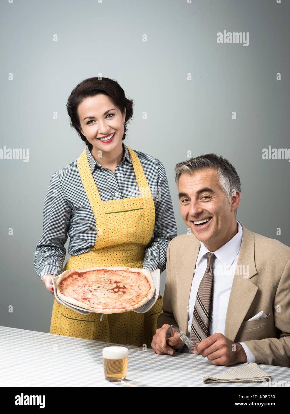 Vintage Brautpaar Mit Abendessen Dient Sie Eine Pizza Zu Ihrem Mann
