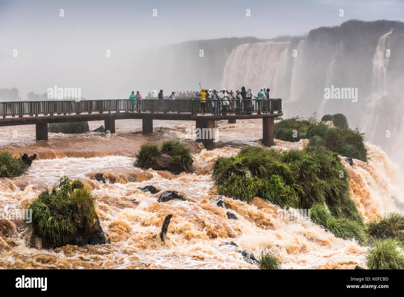 Touristen auf der Aussichtsplattform, Iguazú Wasserfälle, Foz do Iguaçu, Paraná, Brasilien Stockfoto