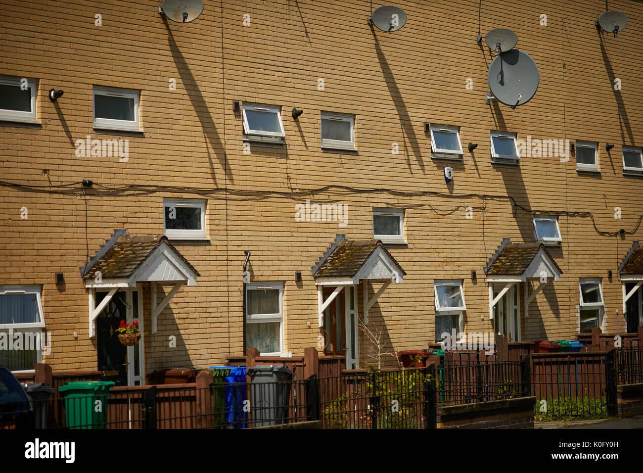 Yellow Brick moderne Häuser mit kleinen Fenstern im Moss Side South ...