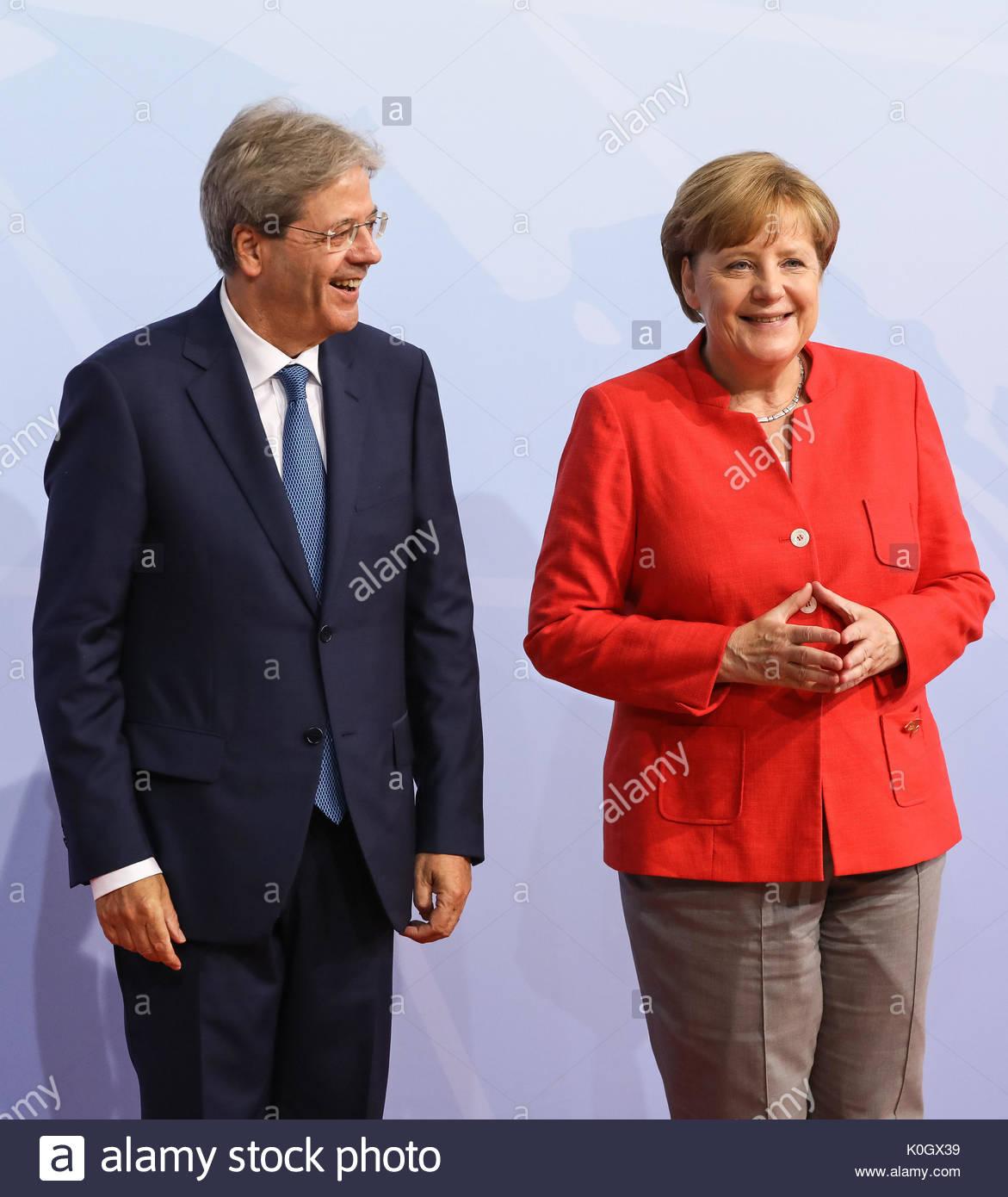 Paolo Gentiloni, Premierminister Italiens wird beim Defilee/Empfang zum G20-Gipfel in den Messehallen in Hamburg von Bundeskanzlerin Angela Merkel e Stockbild