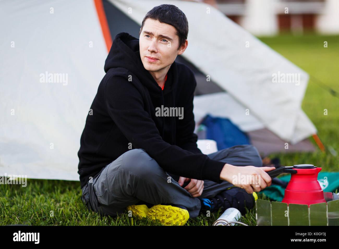 Junger Mann mit touristischen Teekanne Stockbild