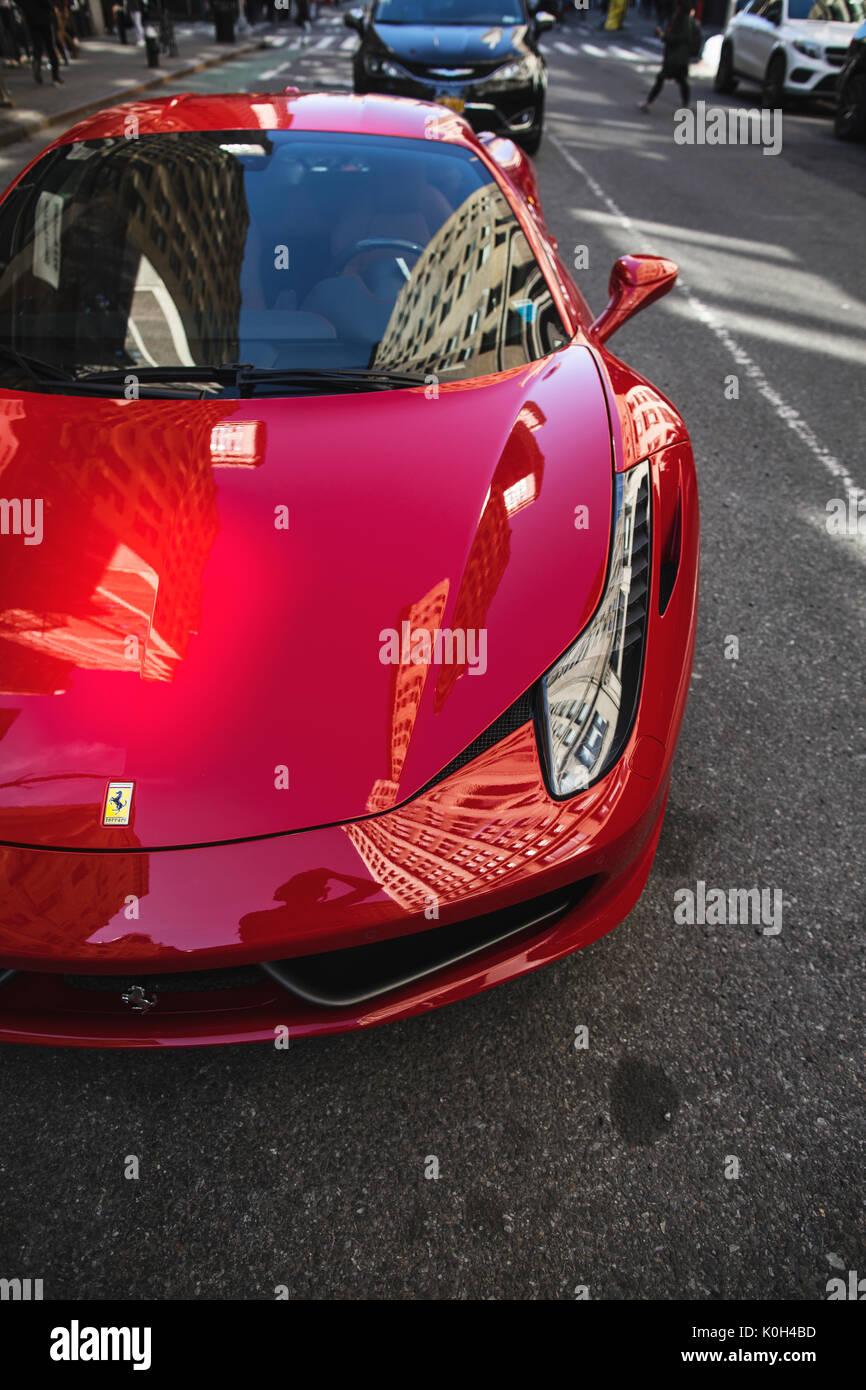 New York Vereinigte Staaten Von Amerika 8 April 2017 Roten Ferrari 458 Parken In Manhattan Stockfotografie Alamy