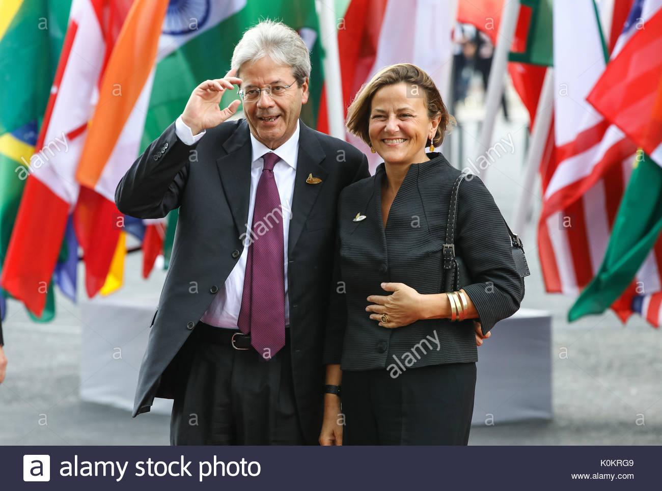 Paolo Gentiloni, Ministerpräsident Italiens mit seiner Ehefrau Emanuela Di Mauro beim Eintreffen zum G20-Konzert in der Elbphilharmonie in Hamburg. Stockbild