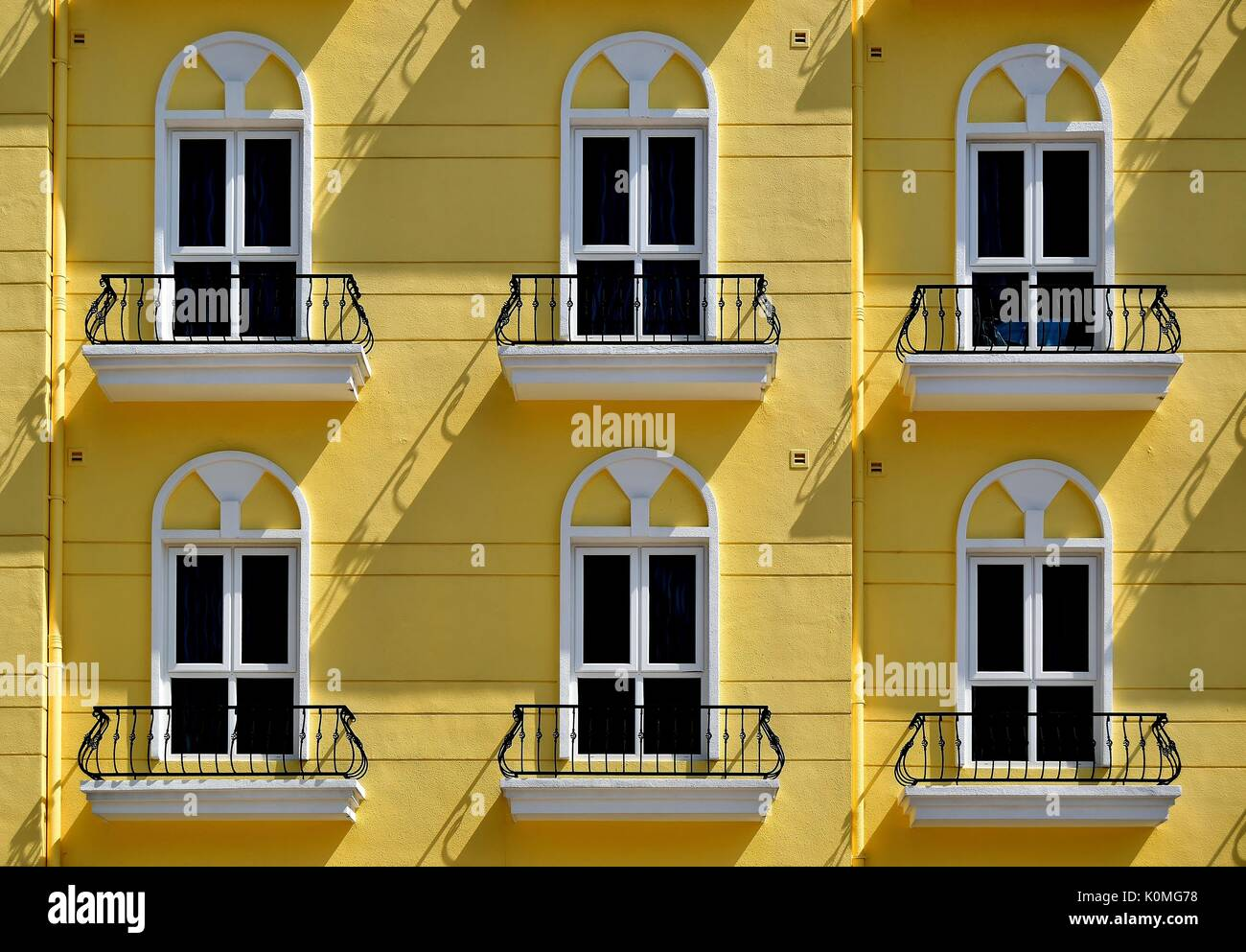 Fabulous Gelbe Fassade einer Wohnanlage mit sechs Fenstern und Balkons mit ST56