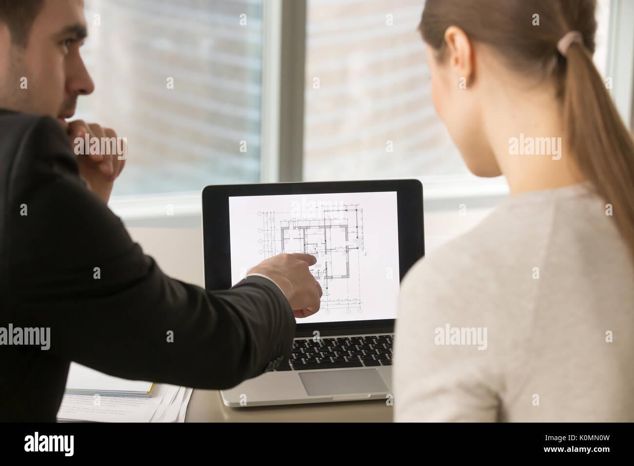 Unternehmer diskutieren Startseite Umbau, Bau Projekt Plan Stockbild