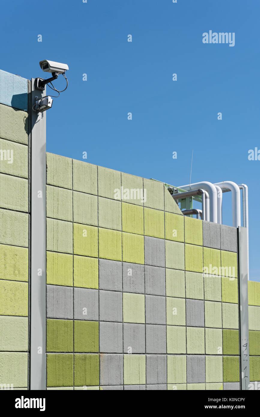 Sicherheit Kamera auf eine bunte Wand mit Blick auf die gegenüberliegenden Seiten Stockbild