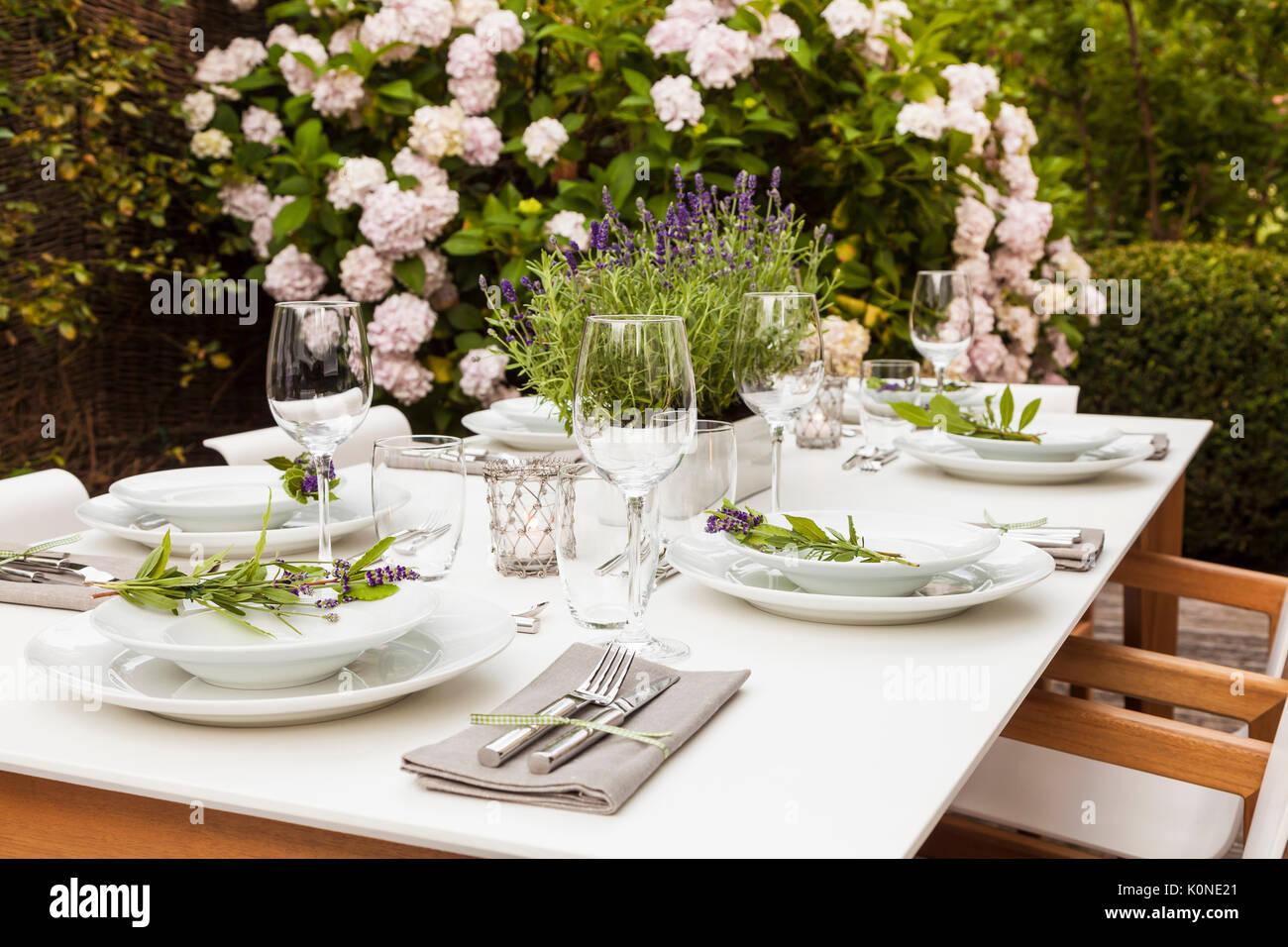 Deutschland garten terrasse holzdeck gartenm bel moderne sitzgruppe festlich gedeckter - Tischdeko lavendel ...