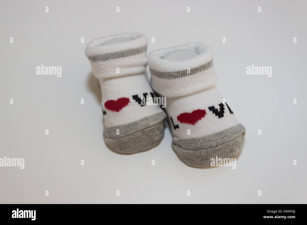26e4324356ae60 Gestreifter Baby Socken auf weißem Hintergrund Stockfoto, Bild ...