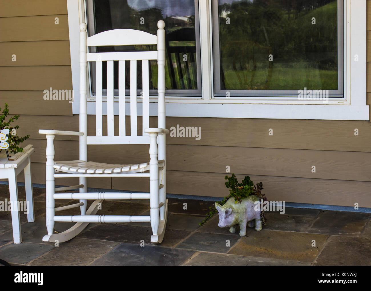 weiß schaukelstuhl auf der veranda stockfoto, bild: 155374650 - alamy