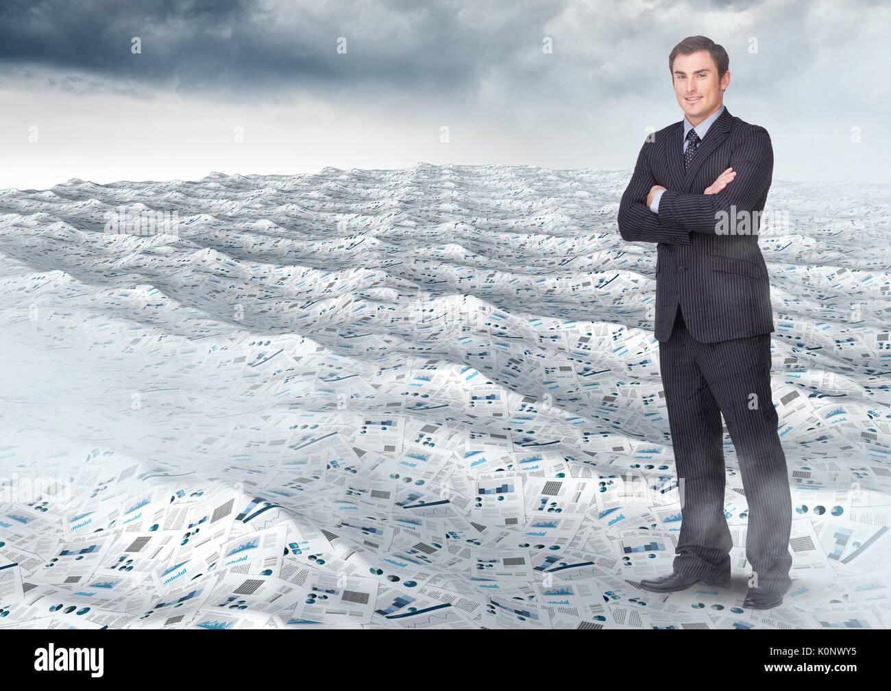 Digital composite der Geschäftsmann falten Arme im Meer von Dokumenten unter himmel wolken Stockbild