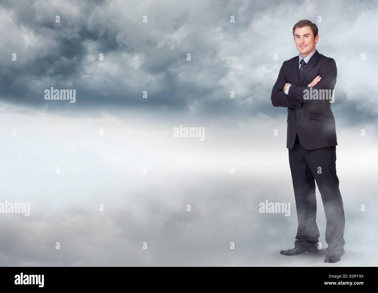 Digital composite der Geschäftsmann falten Arme in bewölkten Himmel Stockbild