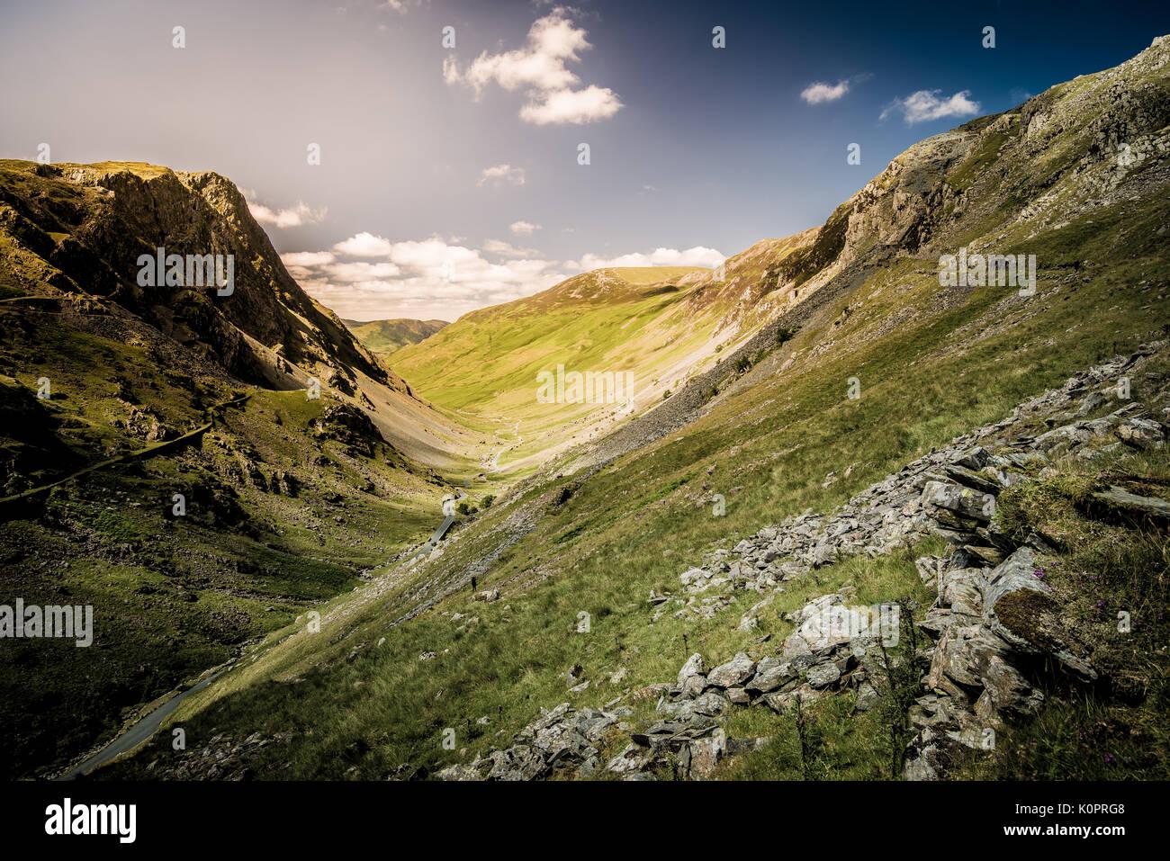 12:00 Uhr Sonne auf honister Pass in der Lake District National Park, ein Weltkulturerbe in Cumbria Stockbild