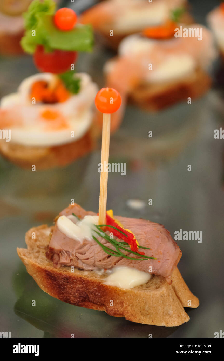 Ein canapé kann auch als Finger Food bezeichnet werden, obwohl nicht alle Finger foods Canapés. Stockbild