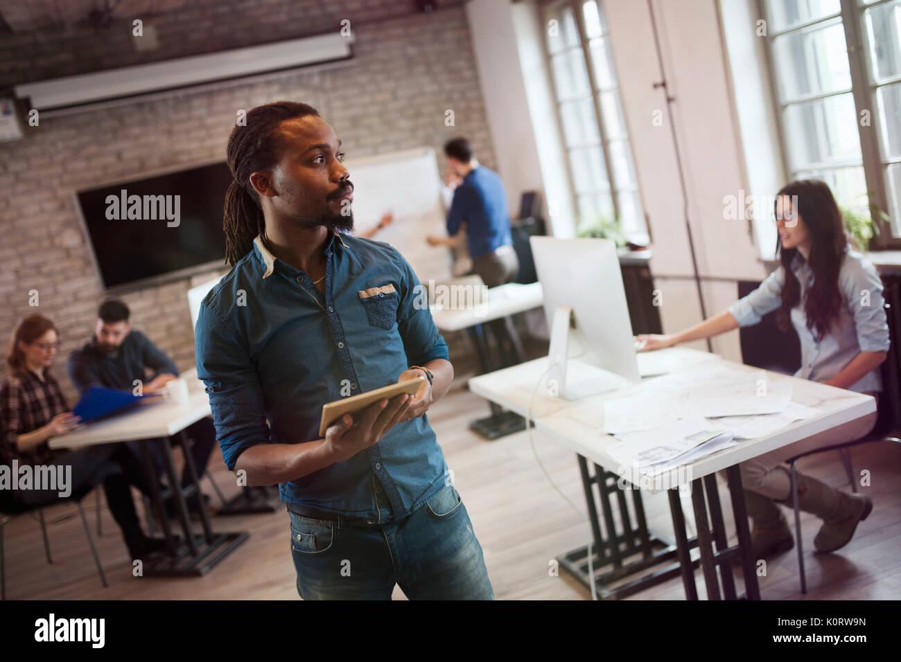 Porträt der jungen gutaussehenden männlichen Designer holding Tablet Stockbild