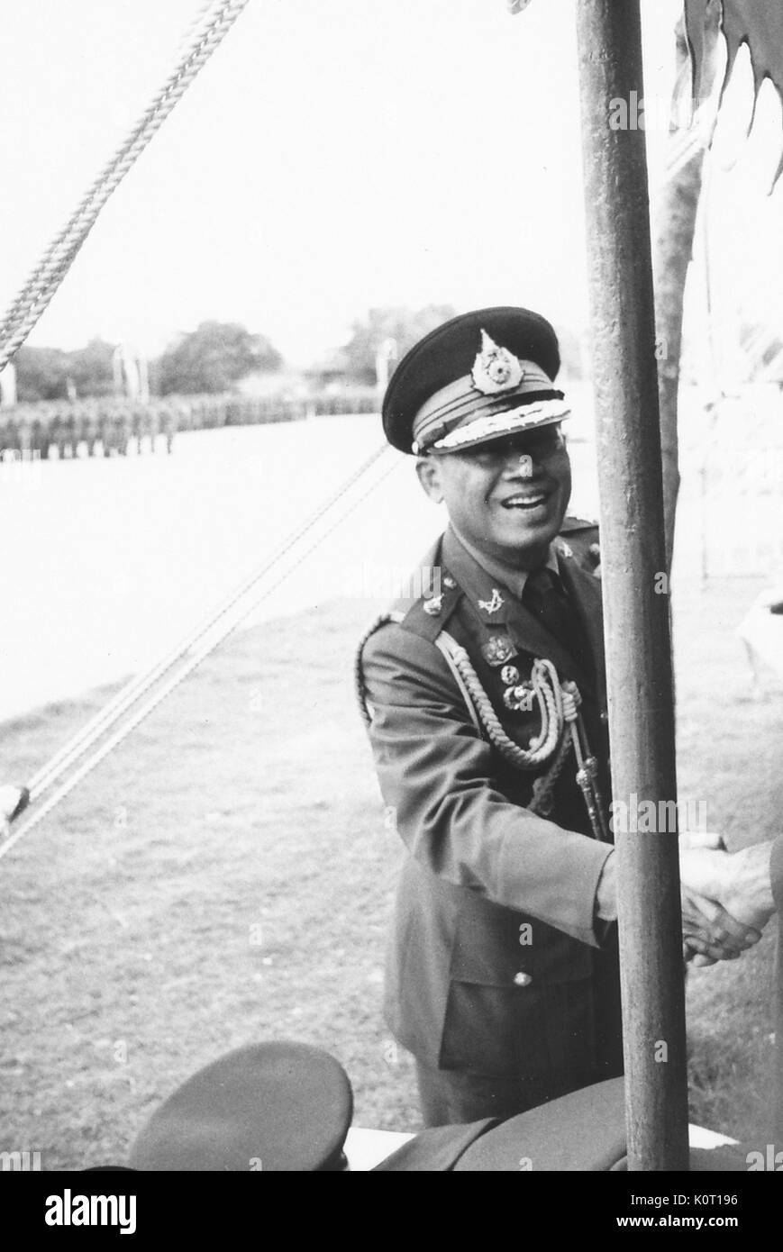 Hochrangige vietnamesische Officer, lächeln und Händeschütteln mit ...