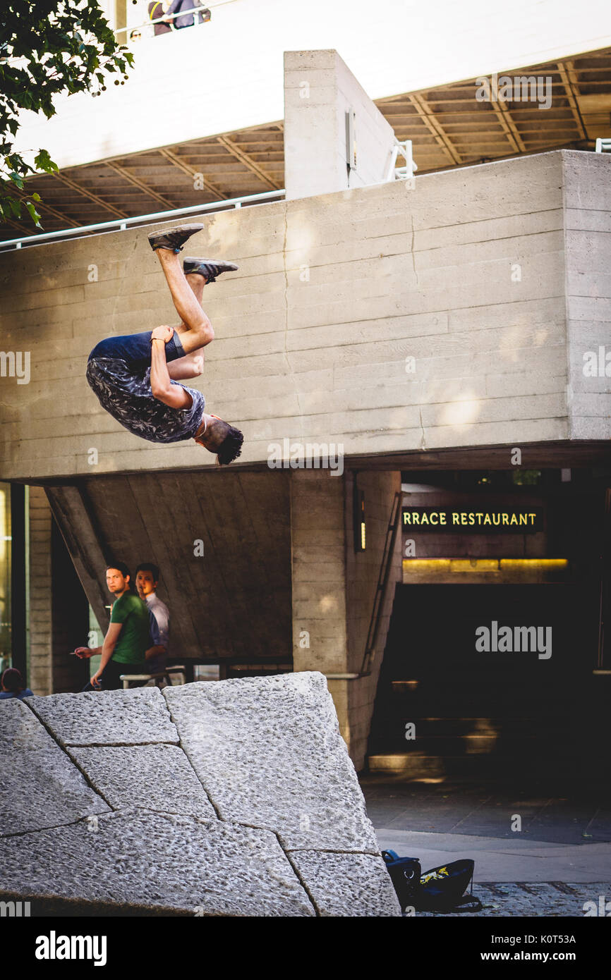 Parkour Ausstellung in South Bank, London. 2016. Hochformat. Stockbild