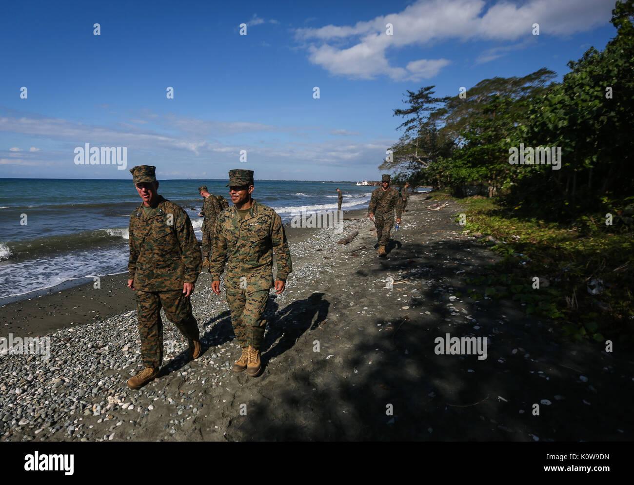 Us Marine Corps Generalmajor Eric M. Smith, Links, Kommandierender General der 1. Marine Division, und Maj. Reiche Stockfoto