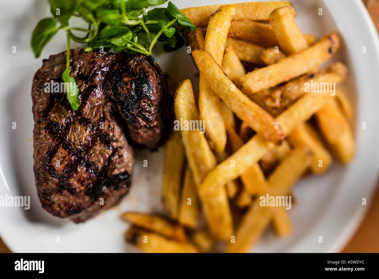 Steak und Chips Abendessen in der Gaststätte Stockbild