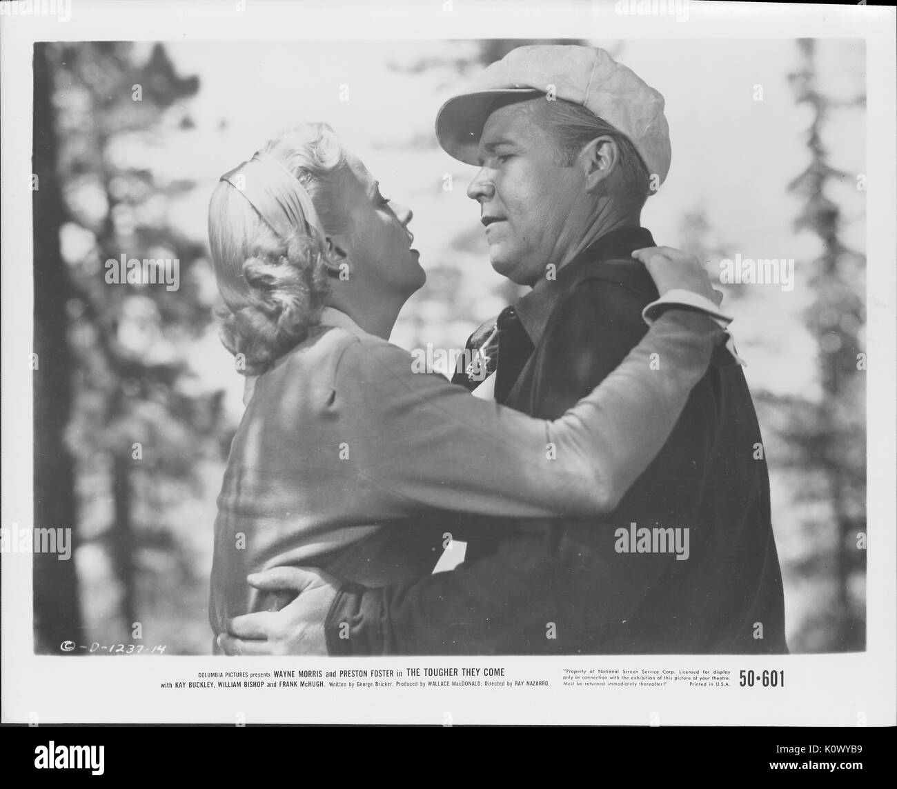 """Ein Film noch Szene aus """"Je härter Sie kommen"""" (1950 Columbia Pictures Film), in dem ein Mann und eine Frau aneinander Stockfoto"""