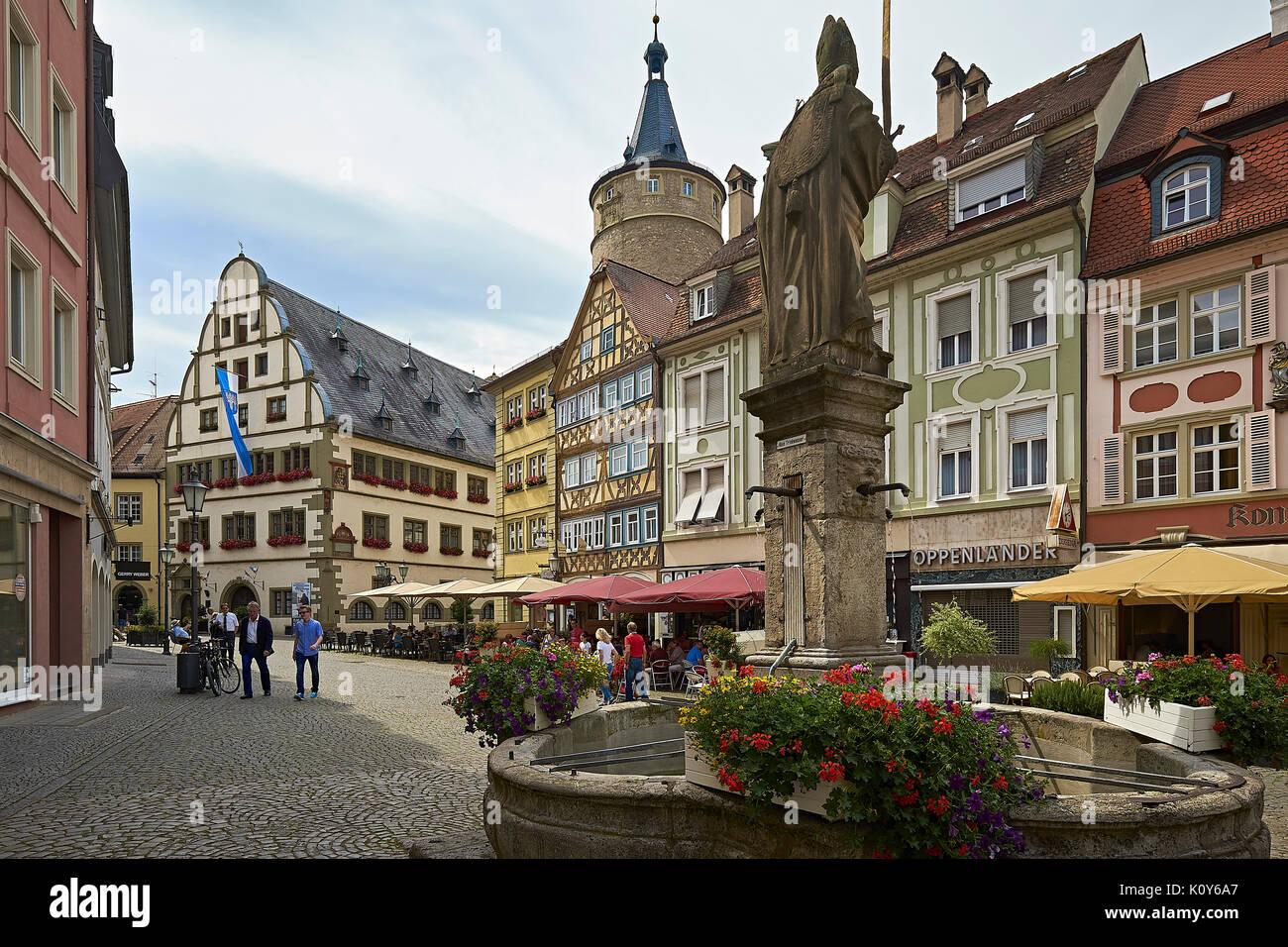 Rathaus auf dem Markt mit den Brunnen und den Turm in