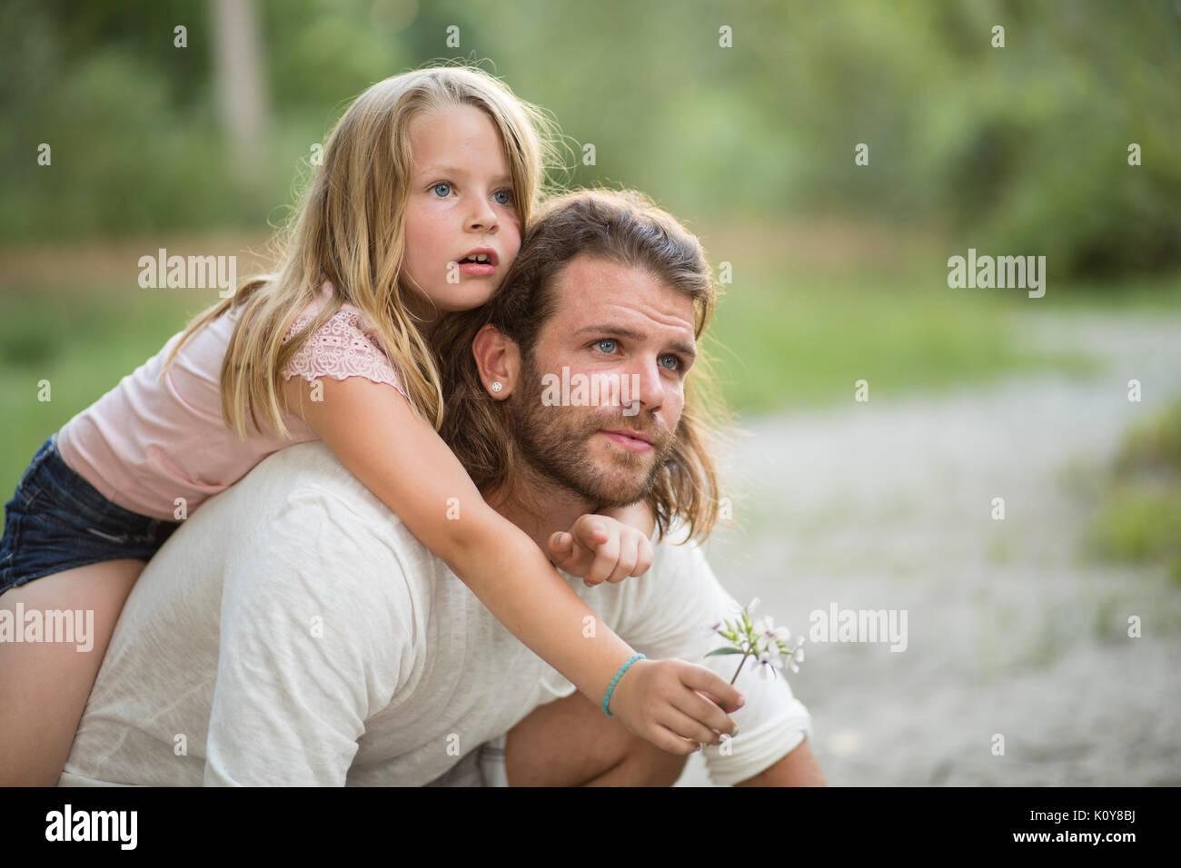 Vater und Tochter zusammen im Wald Stockbild