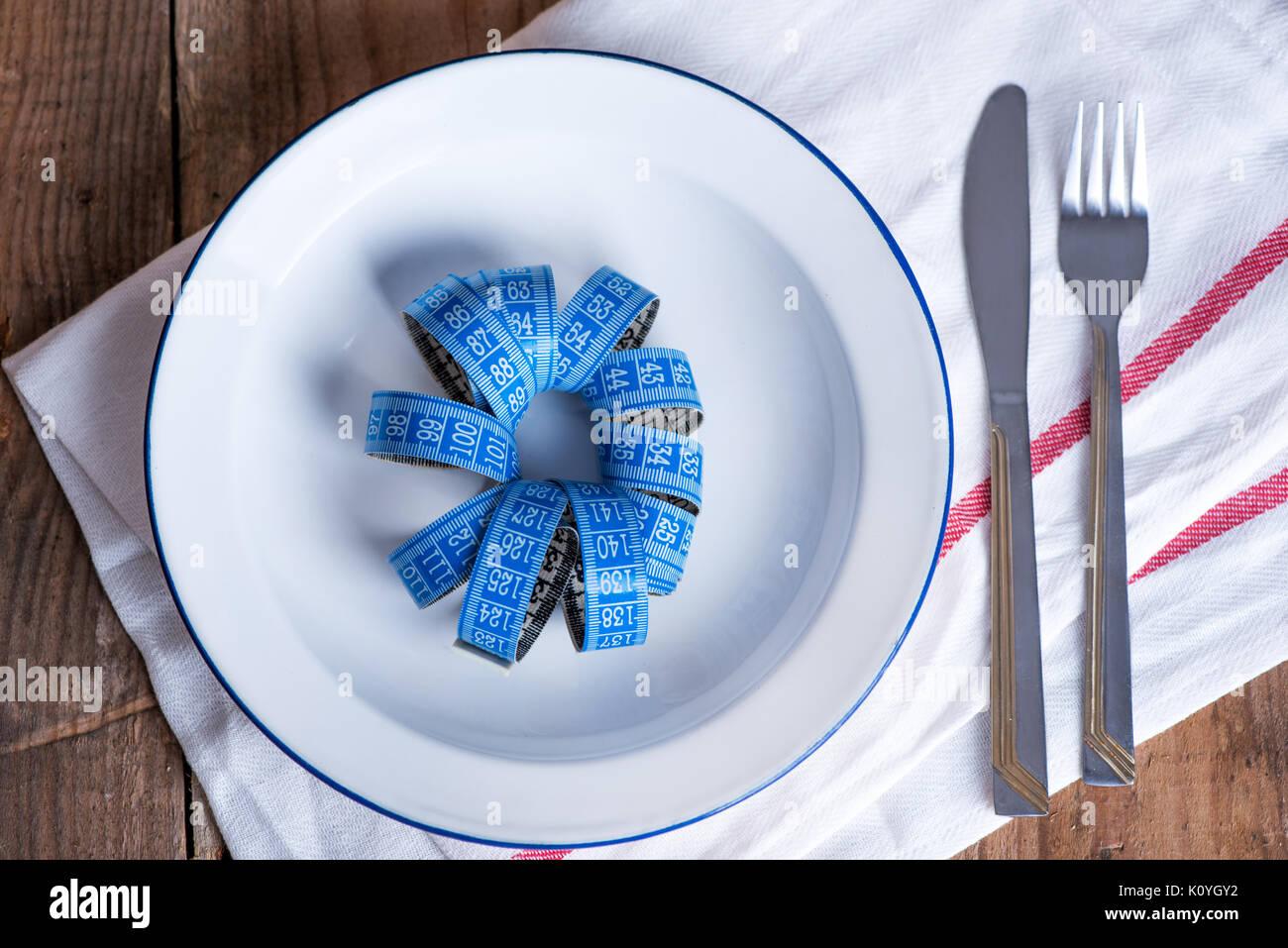 Konzept Diät und Gewichtsverlust. Leeren Teller mit Maßband in der Mitte der Platte Stockbild