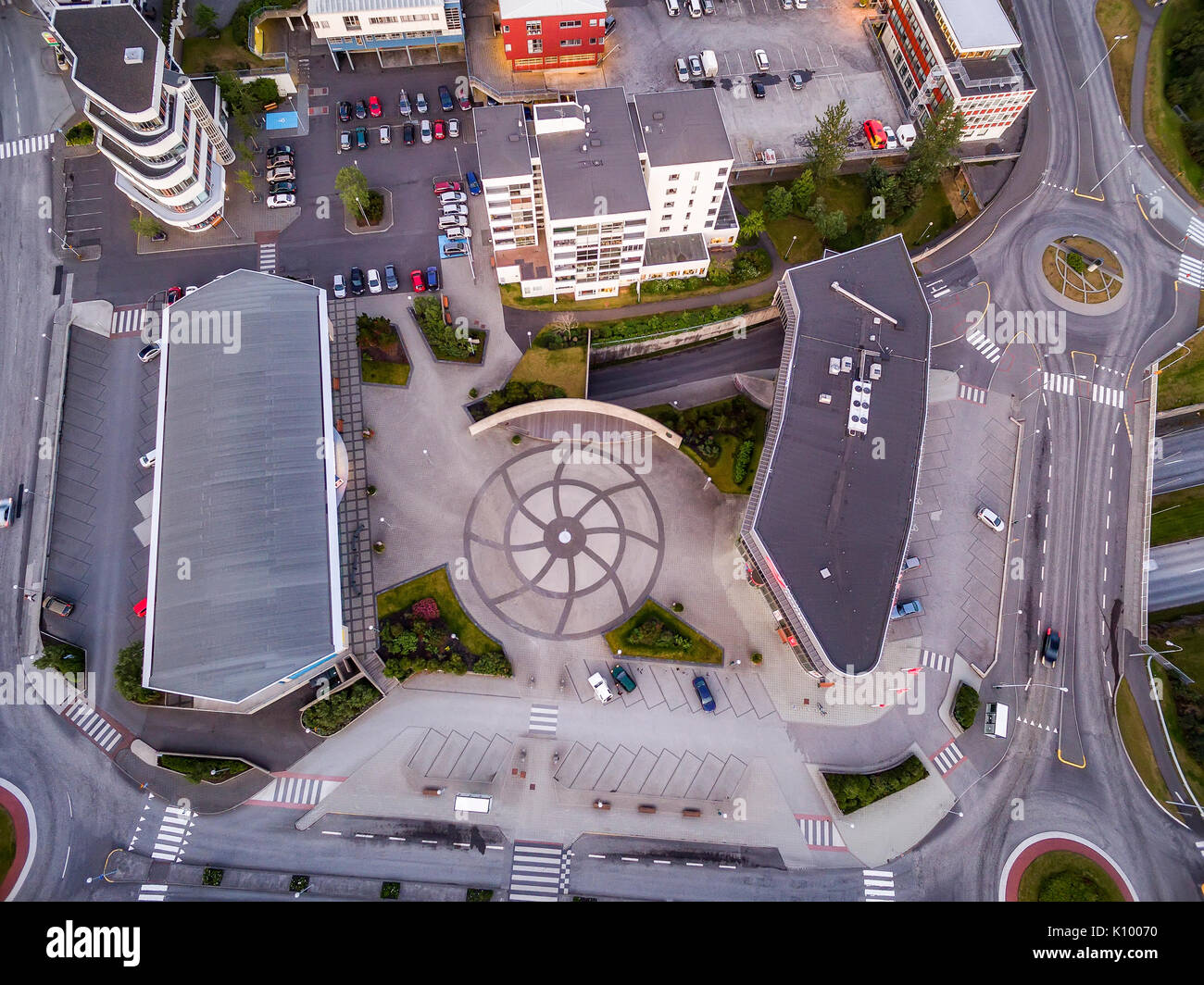 Blick auf einen großen Kreisverkehr und Gebäude, Kopavogur, Island, einem Vorort von Reykjavik. Stockbild